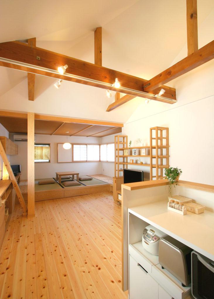 勾配天井と化粧梁で広がりのある空間