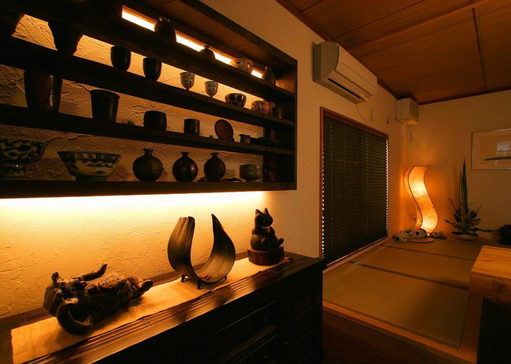 陶器を飾る棚