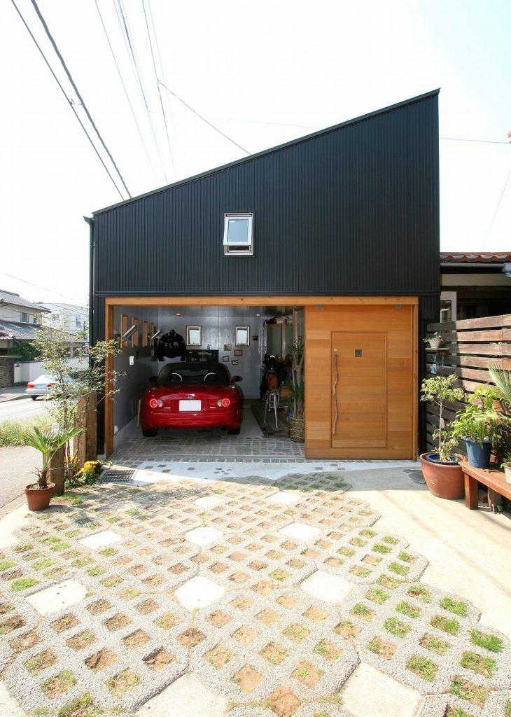 黒い外壁と木製の扉