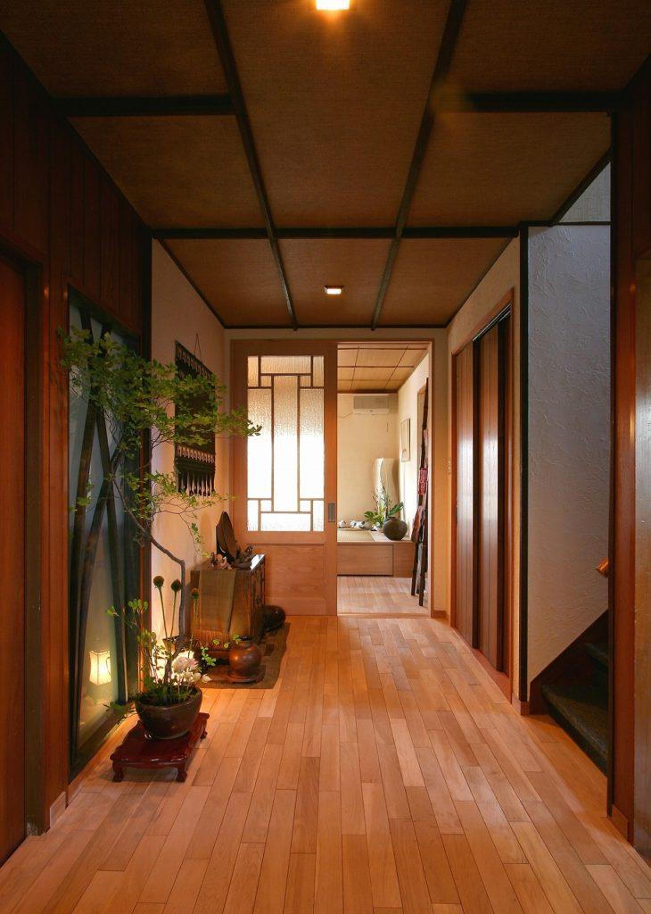 玄関から見える広い廊下