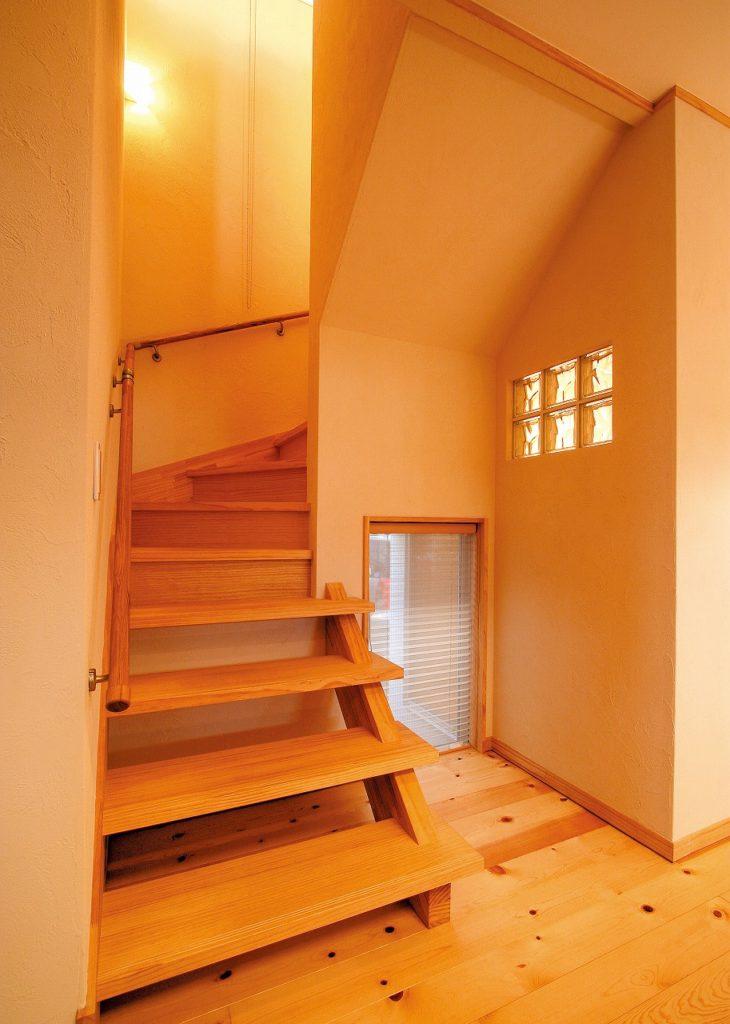 階段の横の小窓