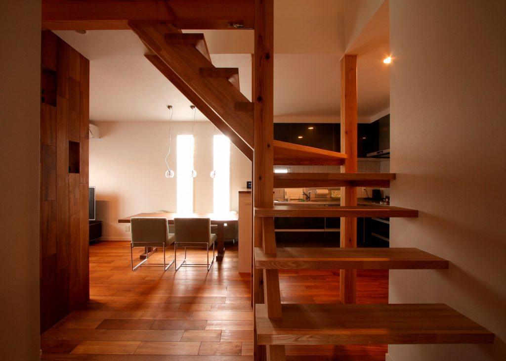 タモ材のストリップ階段