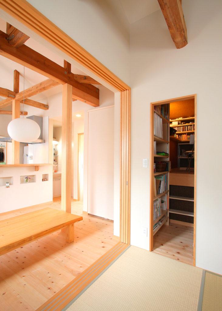 階段上の空間を有効利用した書斎