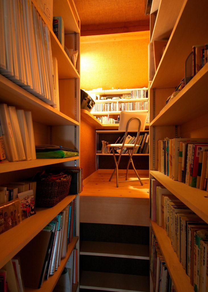 階段上の空間と屋根形状に合わせてできた書斎