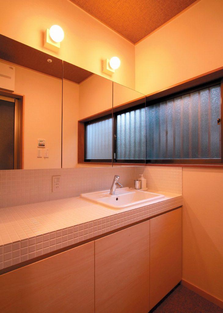 壁一面に造られた洗面カウンター