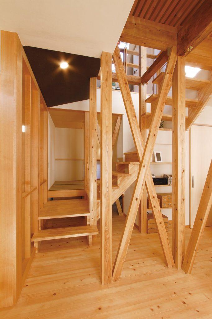 既存の梁材を表しにしたストリップ階段