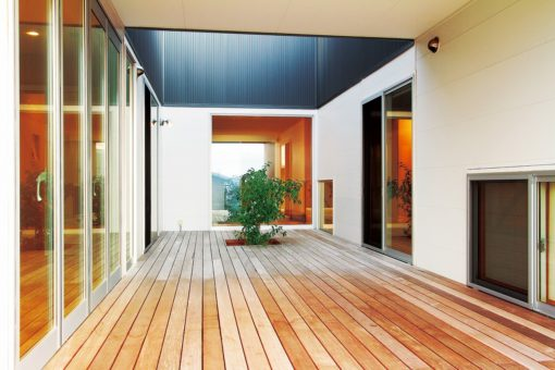 大きな中庭空間の2世帯住宅