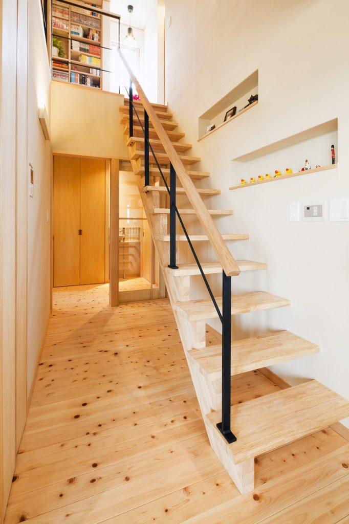 ストリップ階段で圧迫感を軽減