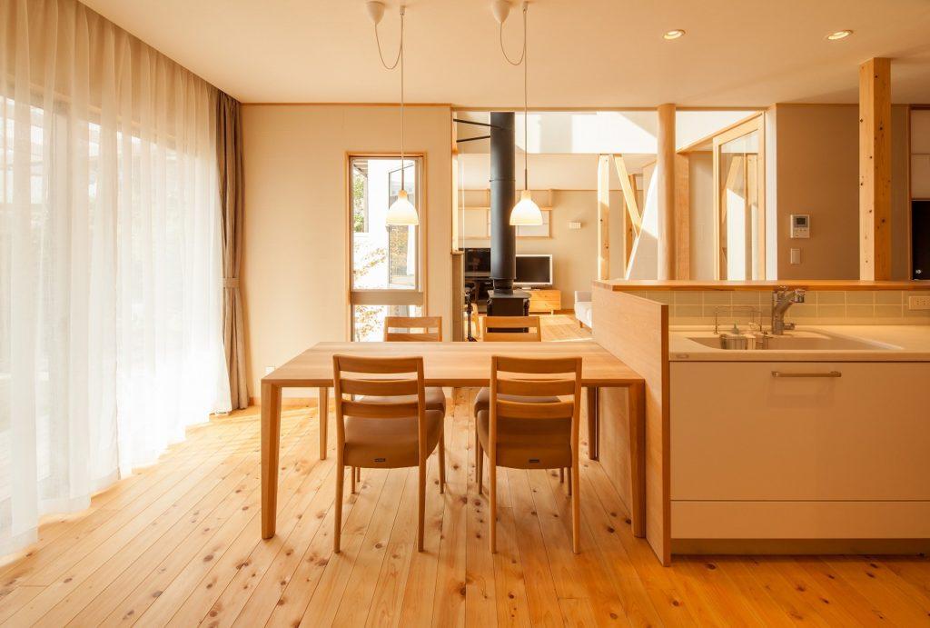 オープンキッチンに1列で繋がるダイニング空間。