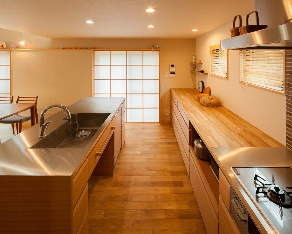 使い勝手の良い2列式の造作キッチン。