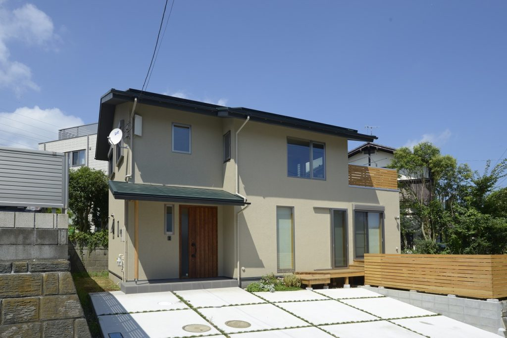外観は深い軒を持つシンプルな切妻屋根