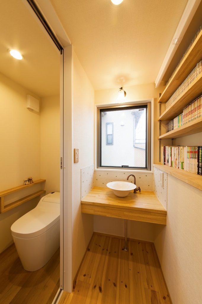 2階に設けたトイレと手洗い水栓。