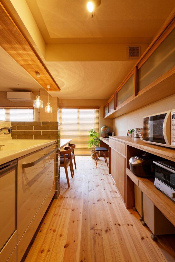 造作したキッチン食器棚