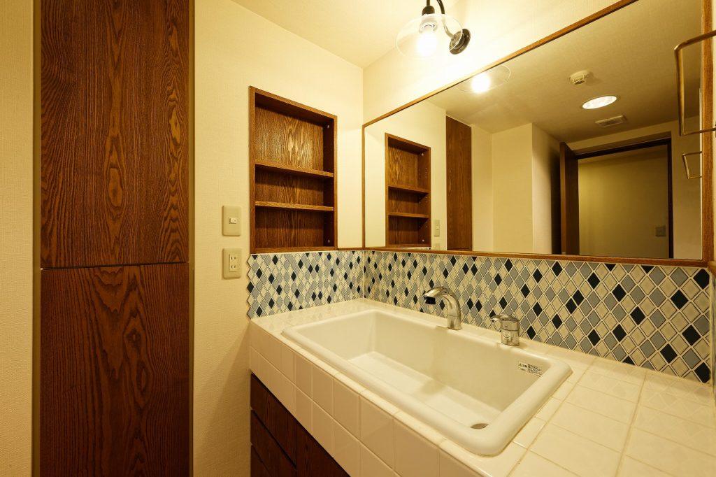 ひし形のタイルを用いた造作洗面化粧台