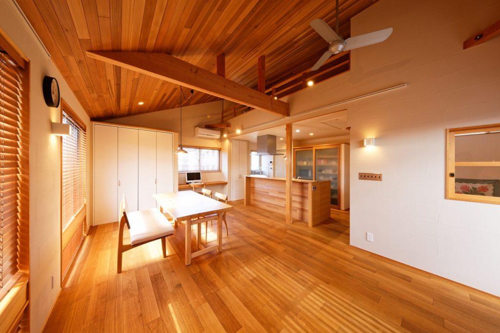 レッドシダー材を施した子世帯の勾配天井。明るさ溢れるLDKに重厚感をもたらす。