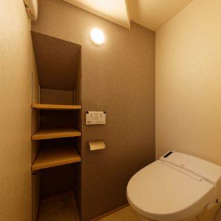 収納棚があるトイレ