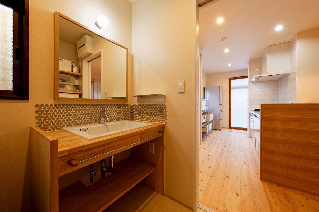 シンプルで使いやすい造作の洗面台