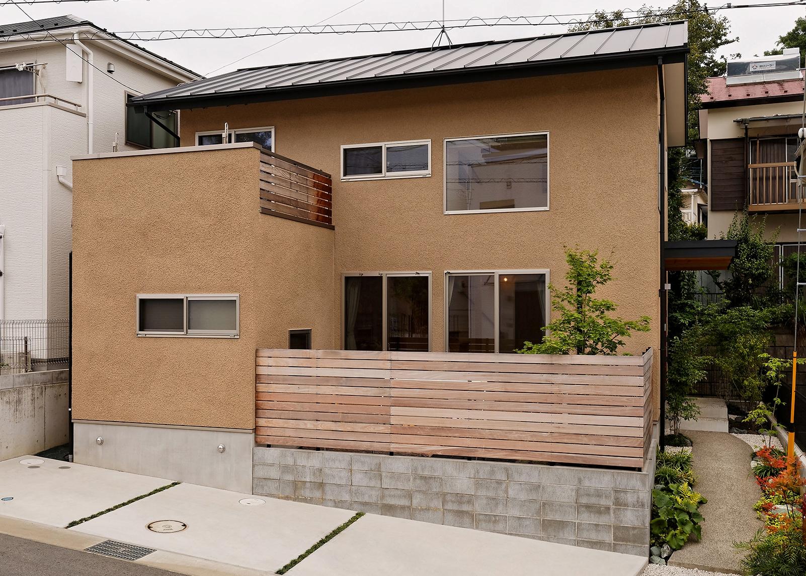 素朴な素材感に包まれる、小さくても大らかな家