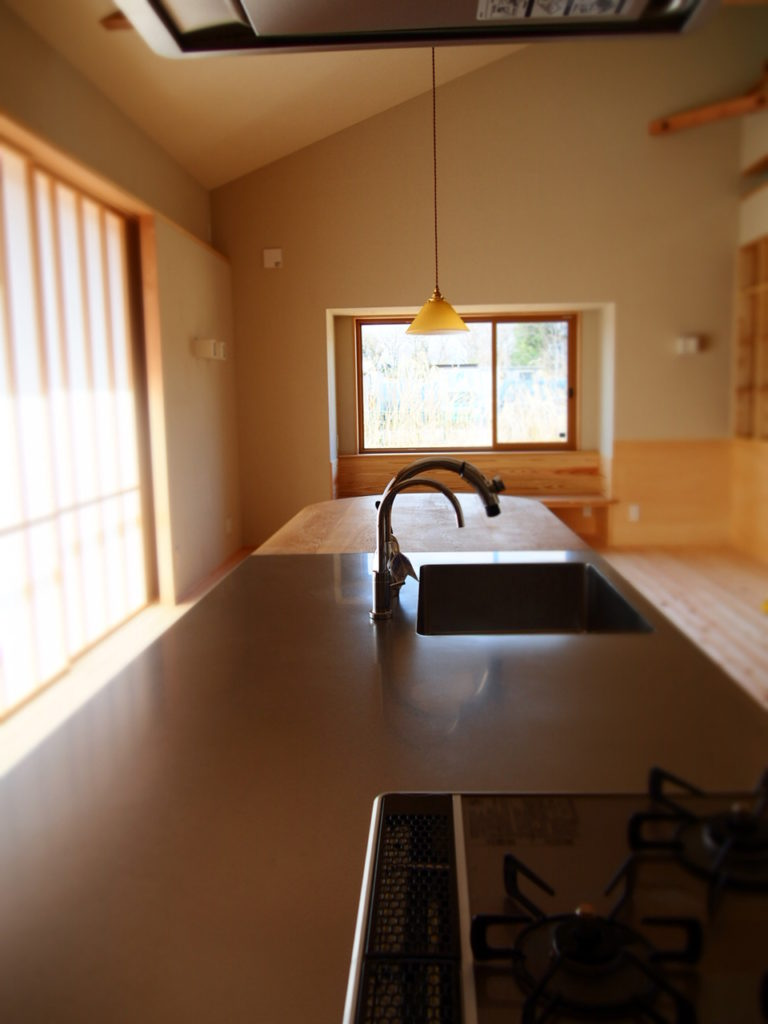 キッチンからフラットにダイニングテーブル