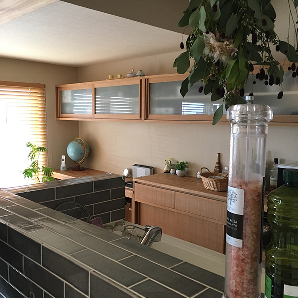 タモ材の造作食器棚