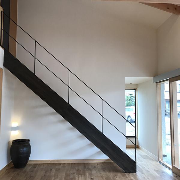 白の壁と黒の階段