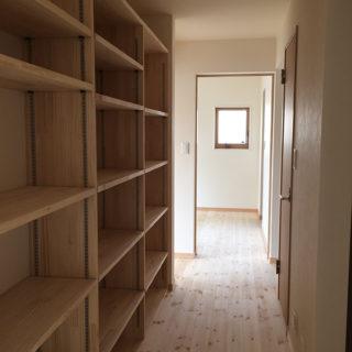 廊下にみんなの本棚