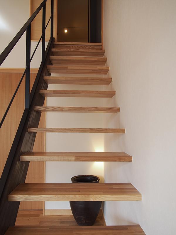 木とスチールの階段