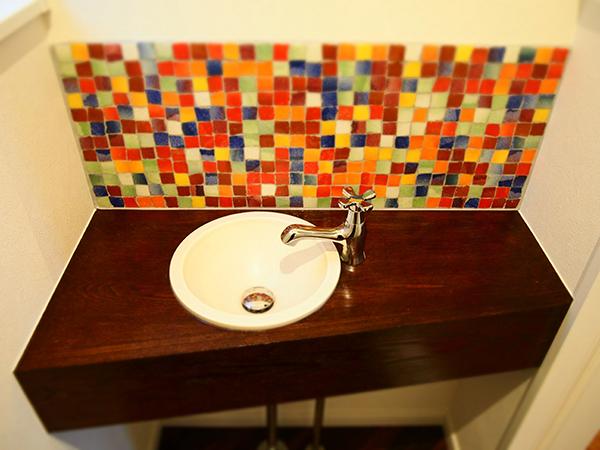 鮮やかなタイルの手洗い