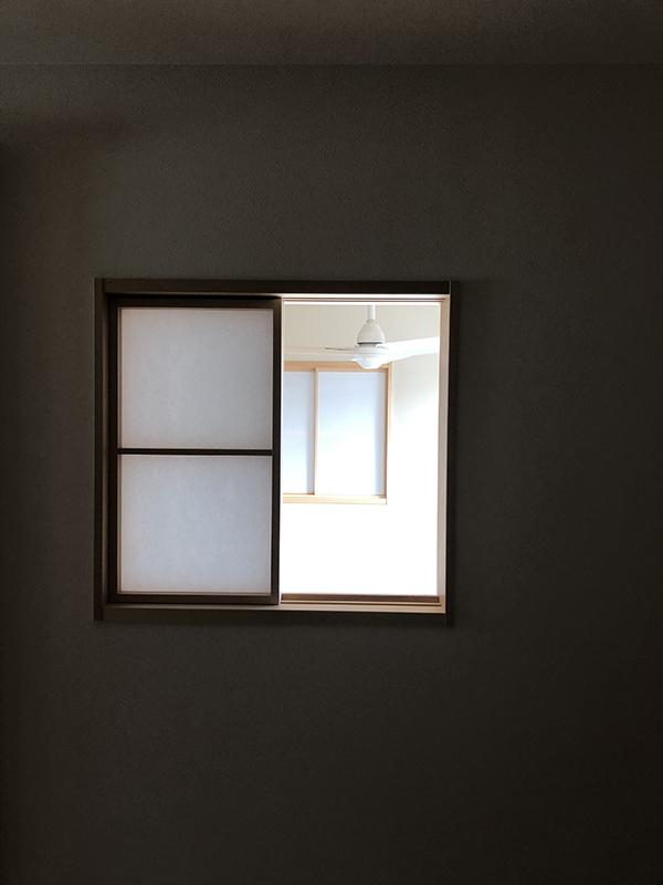 居室とリビングを繋ぐ内窓