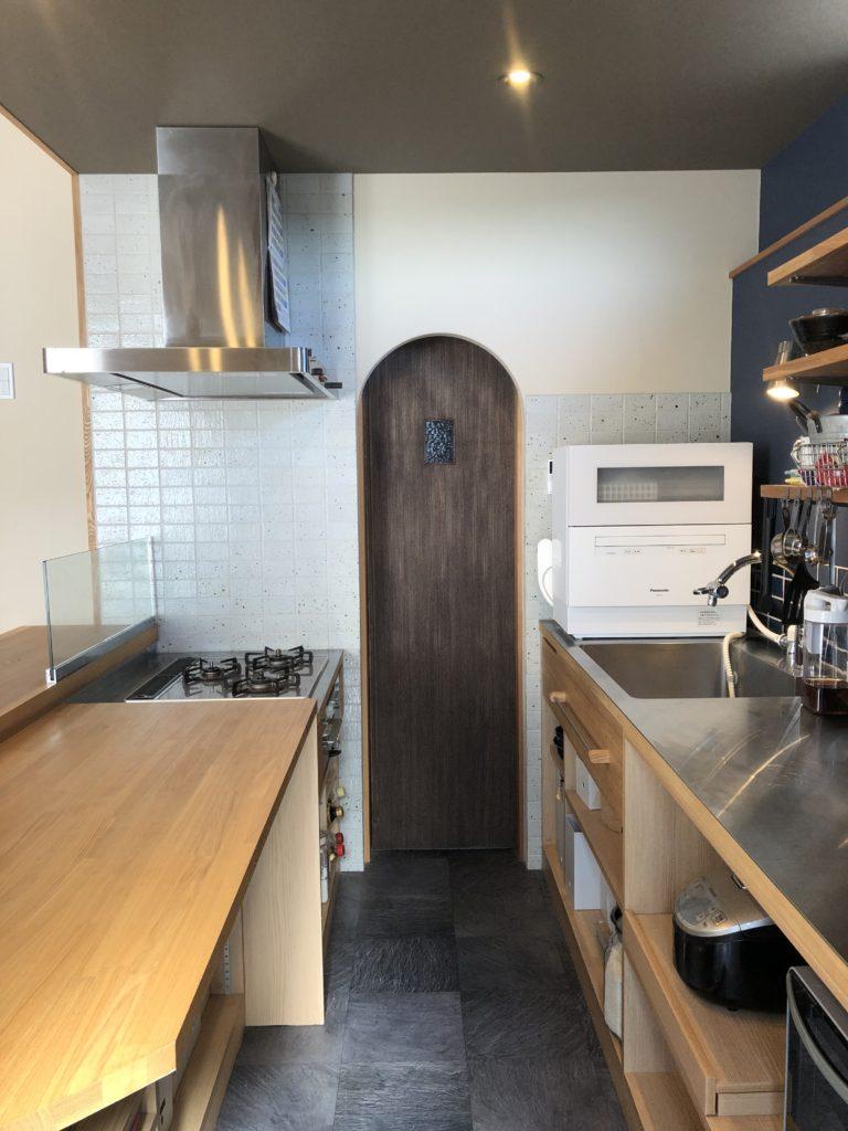 土間キッチンとパントリーの入り口