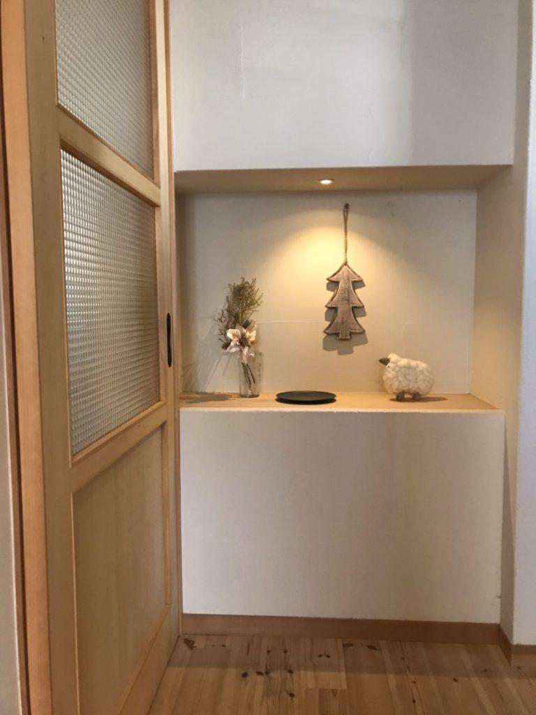 季節を彩る玄関飾り棚