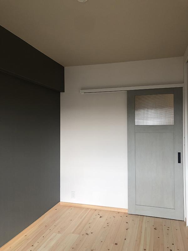 ドアとアクセントウォール