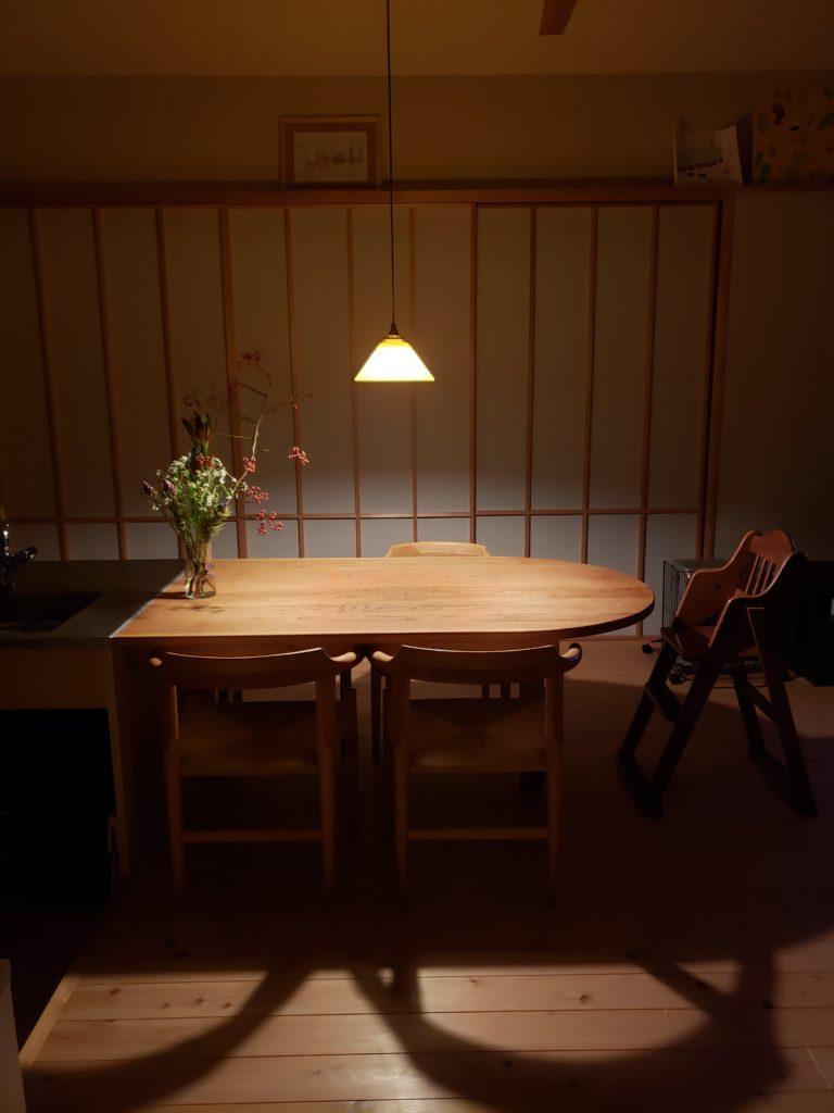 キッチンからフラットなダイニングテーブル  Night