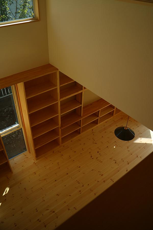 吹き抜けリビングの本棚