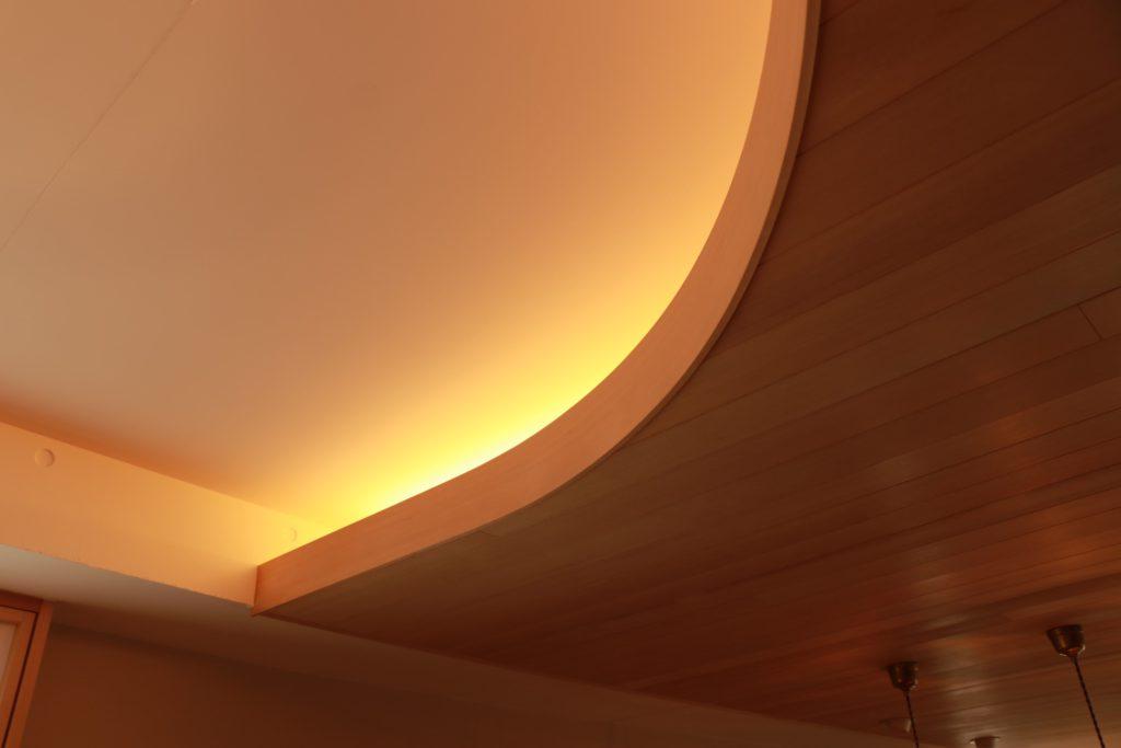 素材を照らすコーブ照明