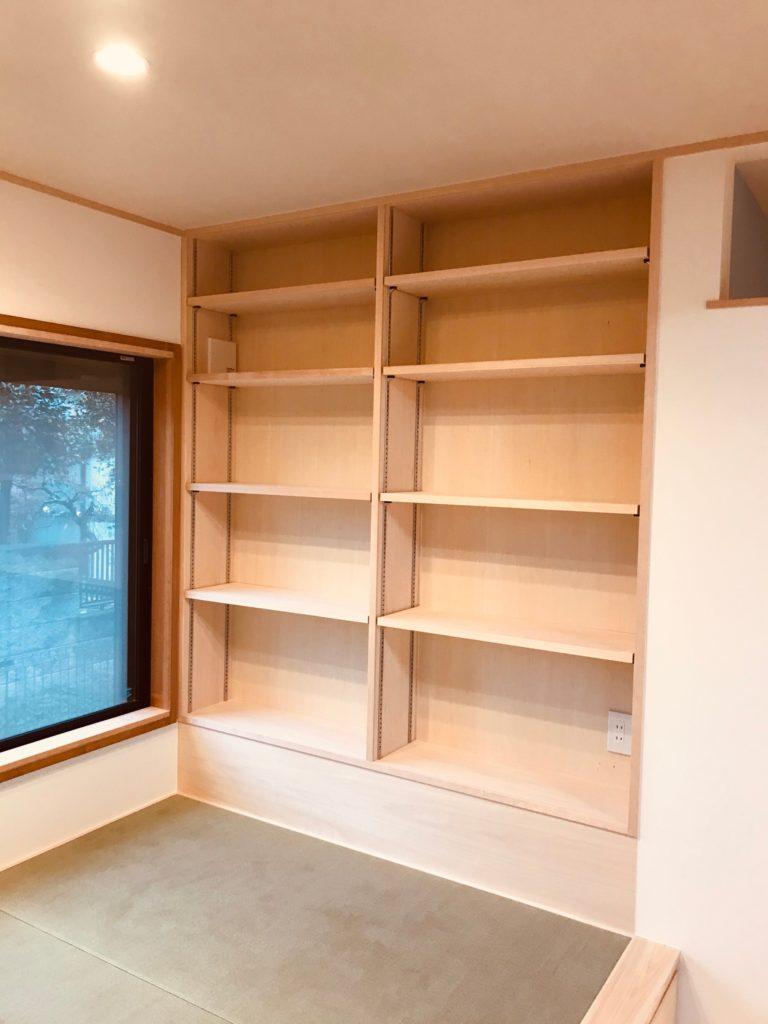 畳の上の壁面本棚