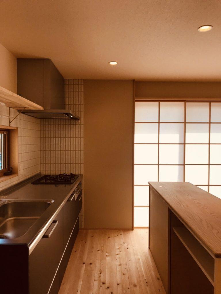 I型キッチンと造作作業台