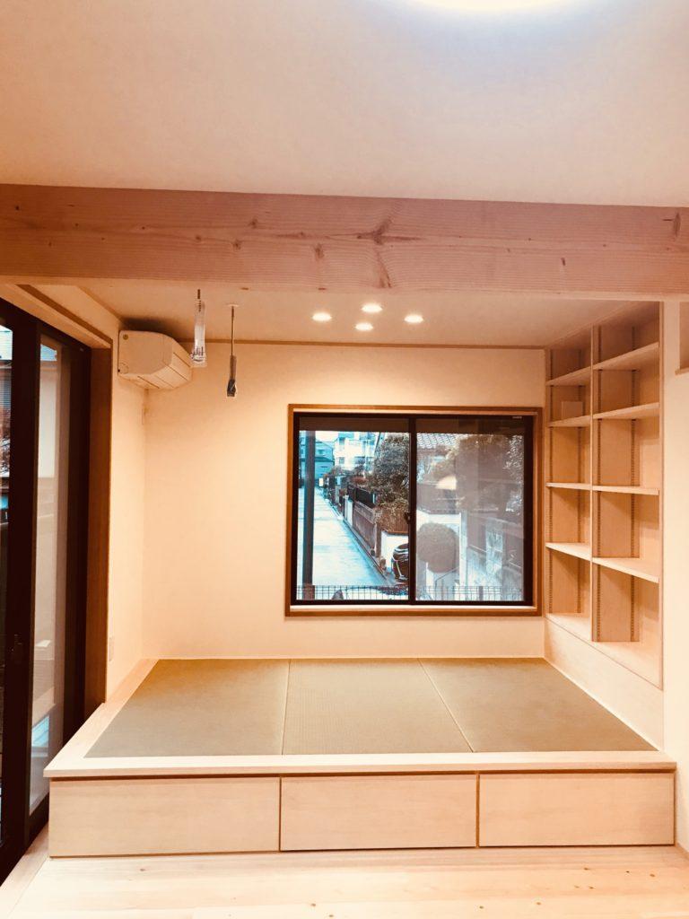 本棚と畳コーナー