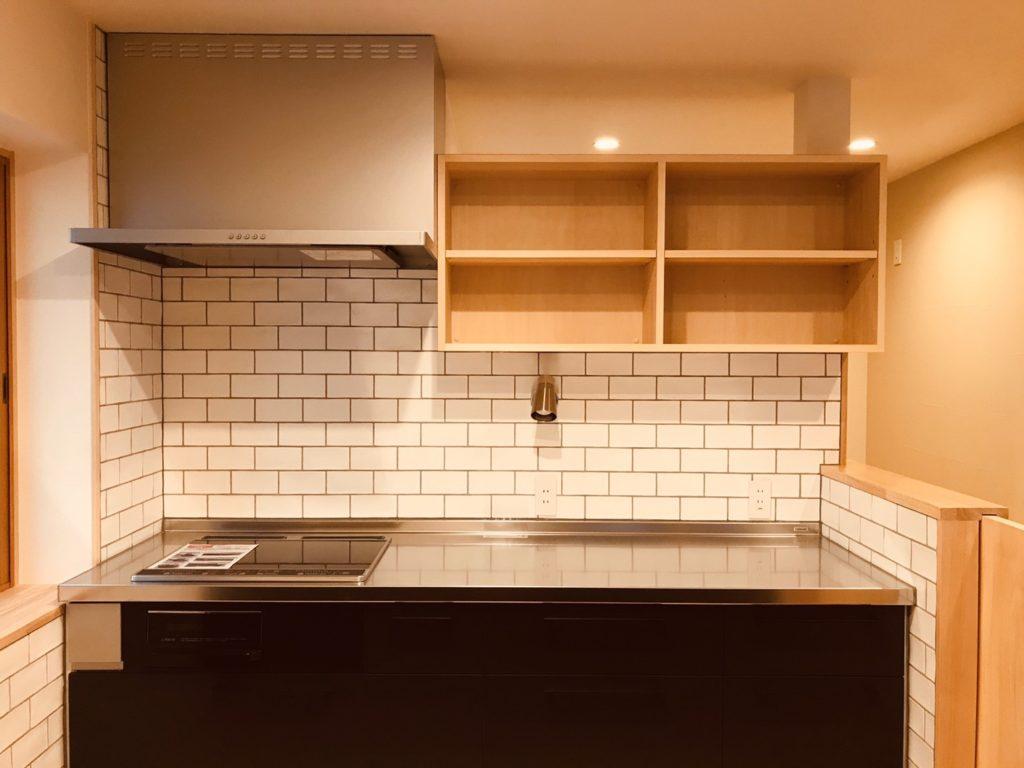 キッチン幅に合わせた棚