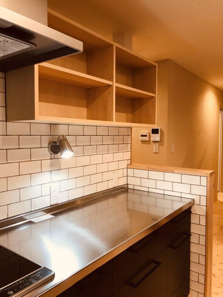 造作棚と白いタイルのキッチン
