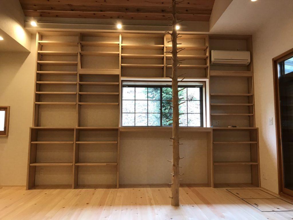 ヘム集成材の壁面本棚