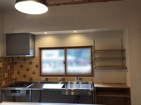 フレームキッチンとハンドクラフトタイル