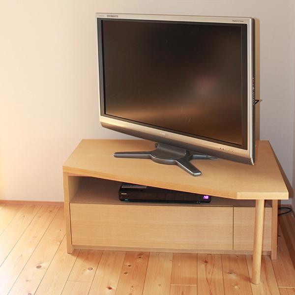 シンプルデザインのTVボード