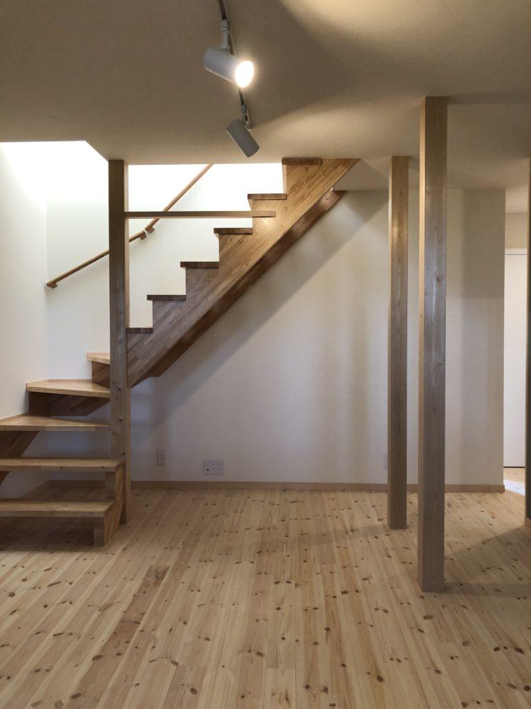 ラバーウッドのL型階段