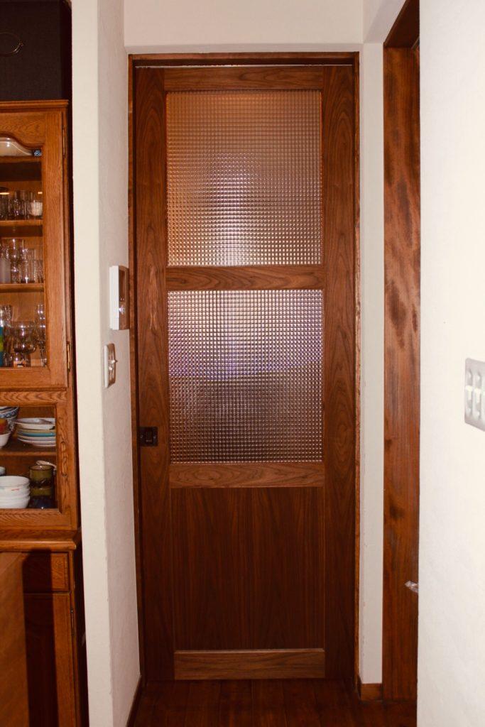 食器棚に合わせた造作引き戸