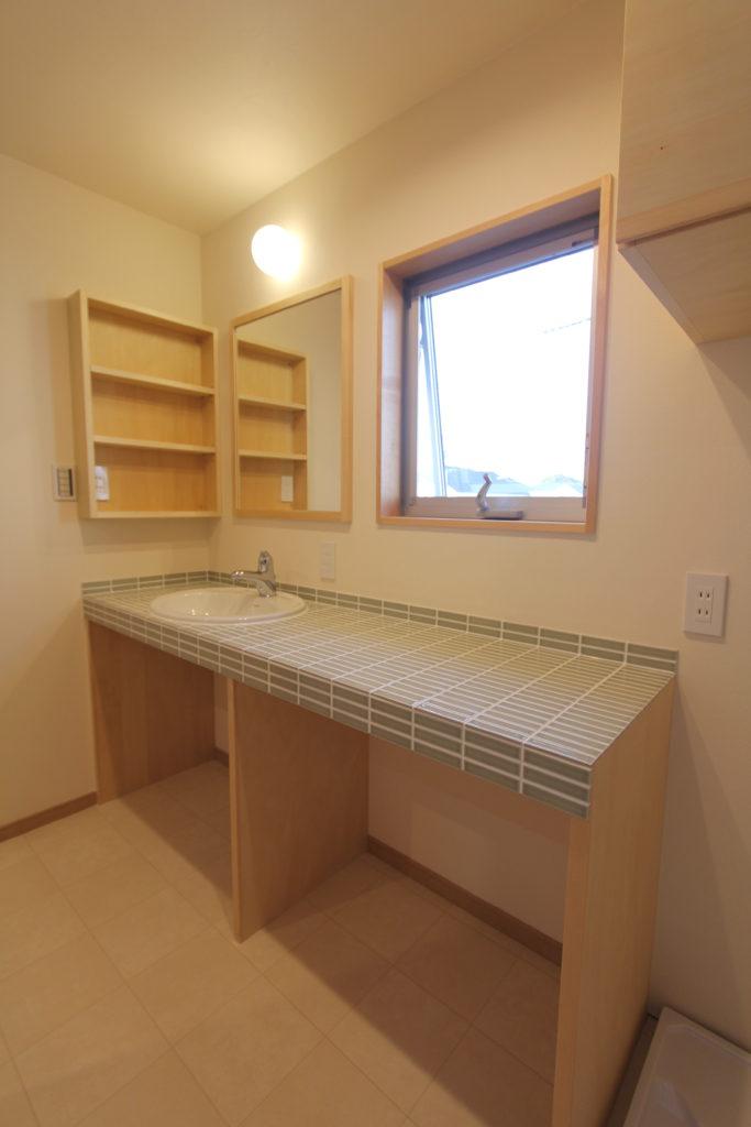 カウンター広めの造作洗面台