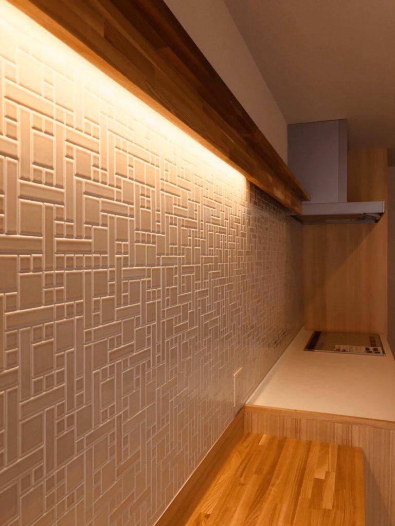 パターンを凝らしたタイル壁