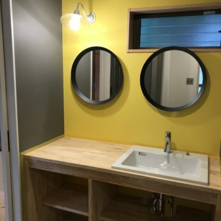 めがねのような鏡の洗面