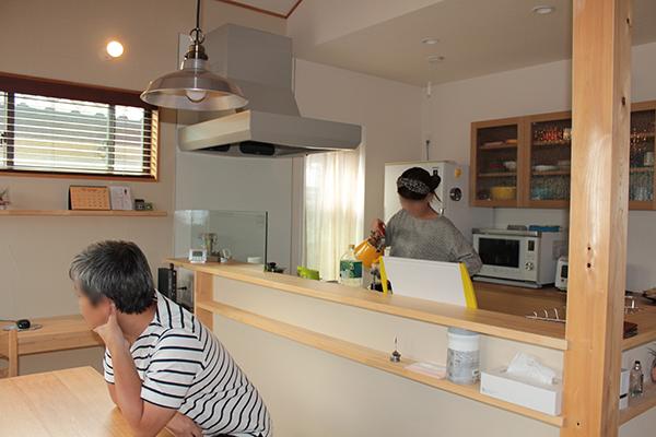 小棚をつけた対面キッチンカウンター