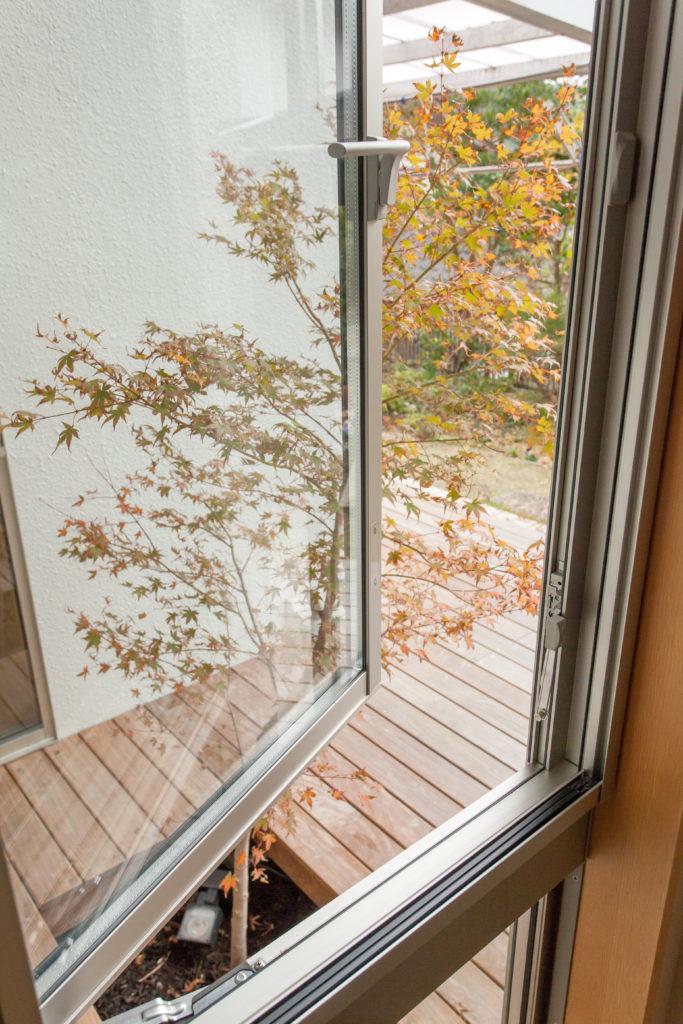 窓際に洋風の坪庭